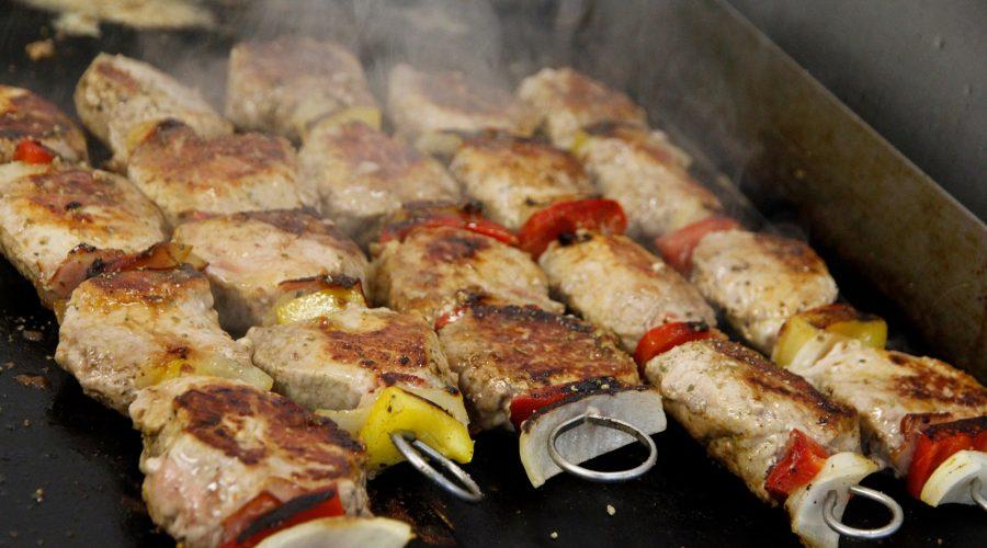 Hirtenspieß vom Grill (Schweinemedaillons, Zwiebel, Paprika, Speck) mit Pommes frites und gemischten Salat